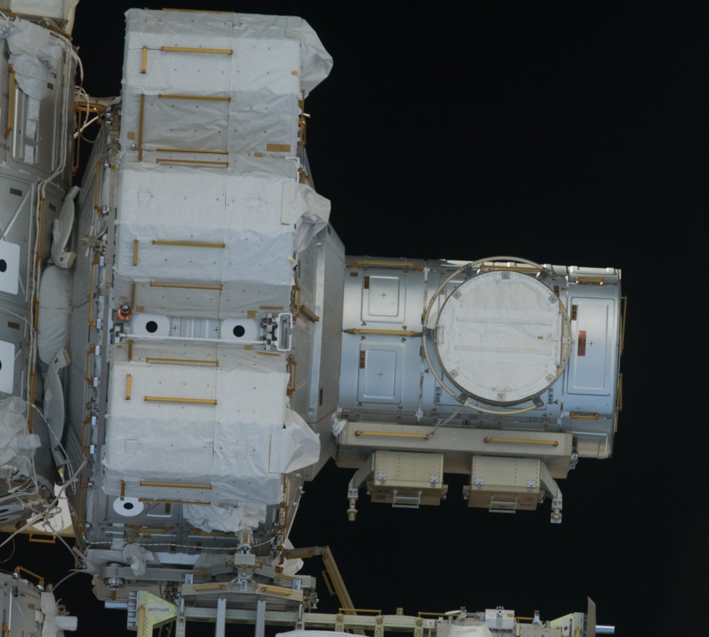 Quest_airlock_exterior_-_STS-127